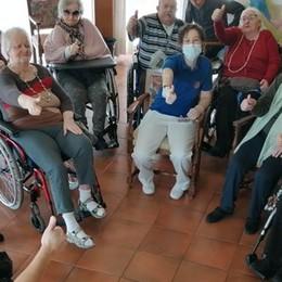 Gli auguri degli anziani  della Rsa di San Fermo  Guarda il VIDEO