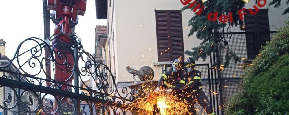Cancello danneggiato  I pompieri alla Rsa di Sala