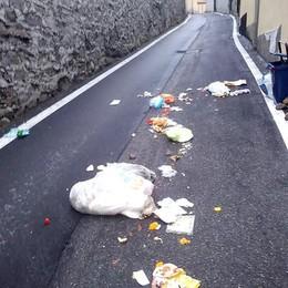 Tavernerio, rifiuti in via Diaz  Vandali? No, colpa dei tassi