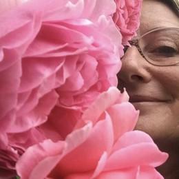 """Alexandra, la più bella del web  La """"gara"""" delle rose piace pure così"""