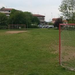 Giocano a pallone nel campetto  Ragazzi convocati dal sindaco