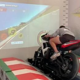Simulatore alla scuola di moto Arbolino si allena a Grandate