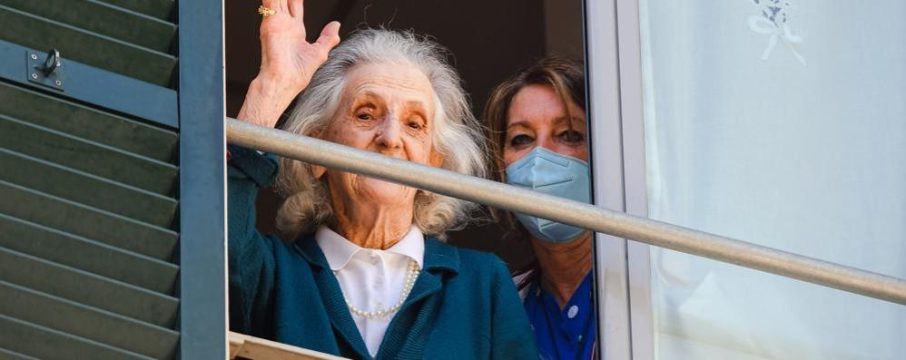 Case di riposo, il nodo delle visite  Per ora ci si saluta dalla finestra