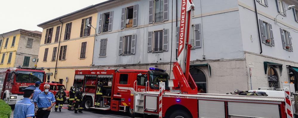 Via Manzoni, incendio in un appartamento Danni al tetto, nessun ferito ma che paura