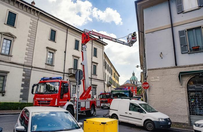 Como incendio in un sottotetto di piazza Amendola a Sant'Agostino
