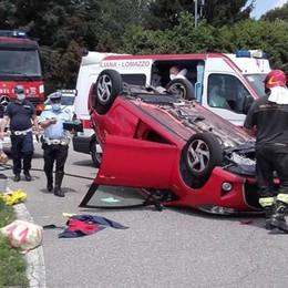 Incidente a Lurago Marinone  Auto si ribalta alla rotonda