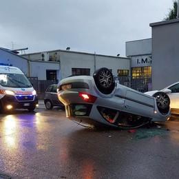 Arosio, ragazza di 19 anni si ribalta in auto: quasi illesa