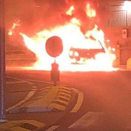 Parcheggia e l'auto s'incendia  Famiglia salva in extremis