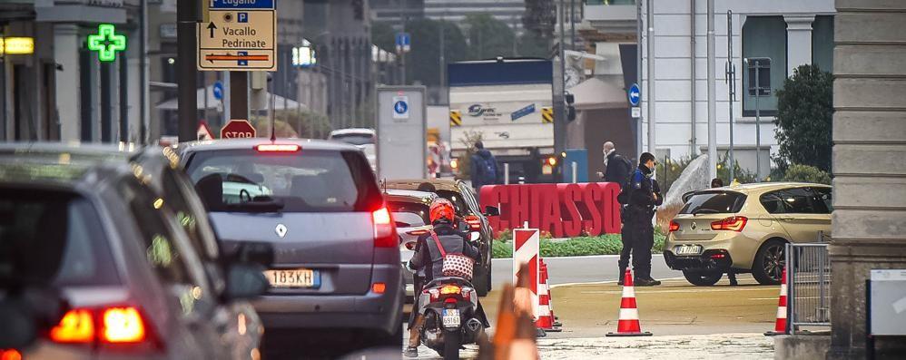 Svizzera, misure drastiche  Tamponi ogni tre giorni  per tutti i frontalieri