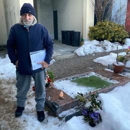 Rubata la preziosa lapide  del figlio morto 11 anni fa  «Me ne vado da Caglio»