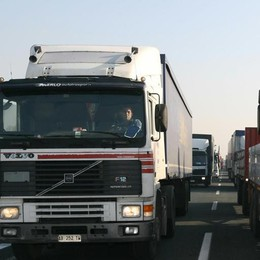 Camionisti stranieri  esentati dal Green pass  «Così sono favoriti»