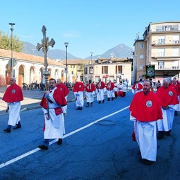 Erba, la processione del Masigott  Don Bruno sacerdote da 50 anni