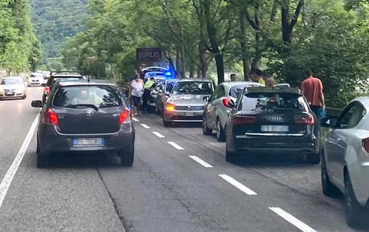 Longone al Segrino, ciclista ferito  Paura sulla strada del lago