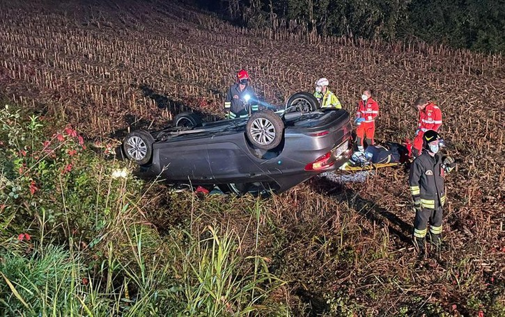 Lurago d'Erba, paura sulla Valassina  Ferito e incastrato nell'auto ribaltata