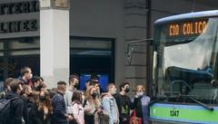Studenti a scuola in bus, calo del 35%  E il traffico in città diventa un incubo