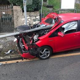 Griante, auto trafitta dal guardrail  Miracolato l'uomo al volante