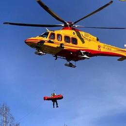 Garzeno, la motosega sul braccio  Boscaiolo soccorso con l'elicottero