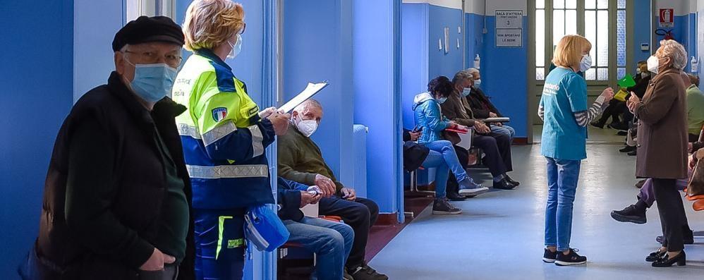 Como: vaccini agli anziani,   un'altra presa in giro  «Aspettate ancora»