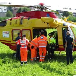 Grave infortunio in azienda  L'elicottero a Carbonate