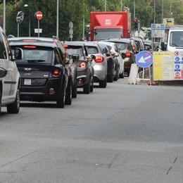 Delirio per i lavori in via Paoli  Colonna di auto da Grandate