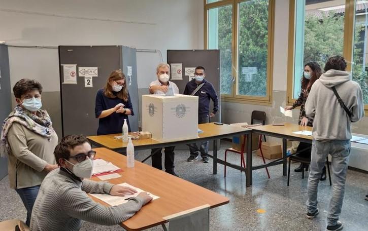 Elezioni, seggi aperti fino alle 15  Ci sono già tre sindaci