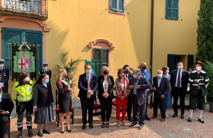 Suor Rosanna Brambilla delle suore della carità di Santa Giovanna Antida  con alcuni  ex alunni Istituto San Vincenzo