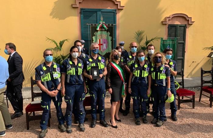 Il sindaco Veronica Airoldi con i volontari della Protezione civile Erba Laghi