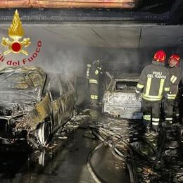 Incendio nella villetta  Tre auto distrutte