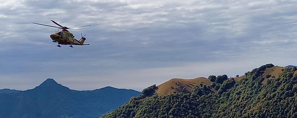 Pigra, turista scivola sul sentiero  Si salva aggrappandosi a una radice