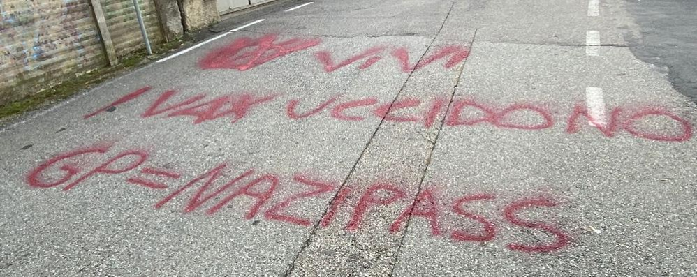 """Scritte """"no vax"""" anche a Lomazzo  Nel mirino green pass e sindacati"""