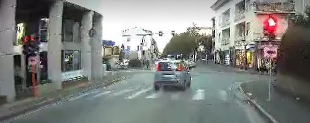 """Sorpassa il furgone al semaforo  Poi """"brucia"""" il rosso: ecco il video"""