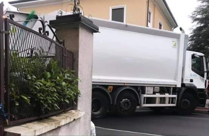 Uno dei camion che ha bloccato la strada da FB