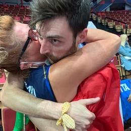 L'abbraccio del campione europeo  Anzani: «Grazie ai miei genitori»