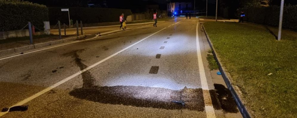 Cade dalla moto e muore  Tragedia nella notte a Luisago