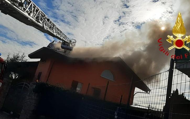 Incendio a Lurago Marinone A fuoco il tetto di una villa