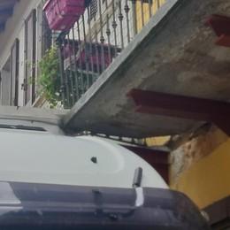 Ingannato dal navigatore  Camionista colpisce il balcone