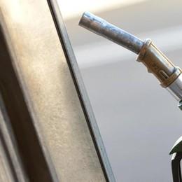 Prezzi della benzina alle stelle  Ma la carta sconto è ancora a rischio