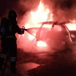 Auto in fiamme sulla rampa dell'A9  Paura nella notte a Fino Mornasco