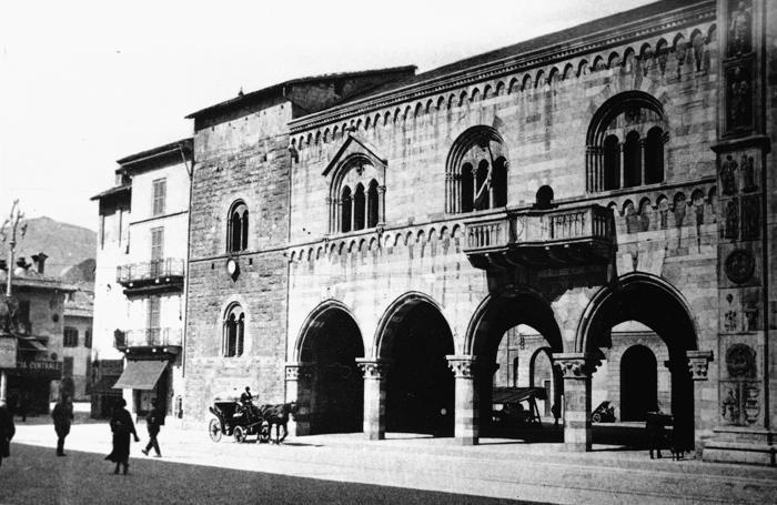 1923 il Broletto senza la torre abbattuta nel 1910 per ragioni di sicurezza e  ricostruita nel 1927