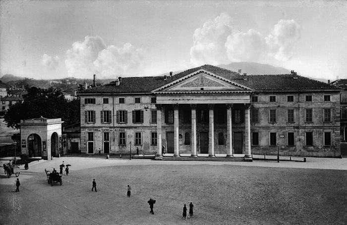 1910 Teatro Sociale e casello del dazio